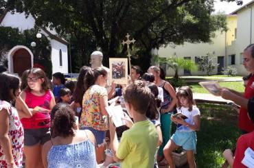 Via Sacra: crianças da catequese caminham com Jesus