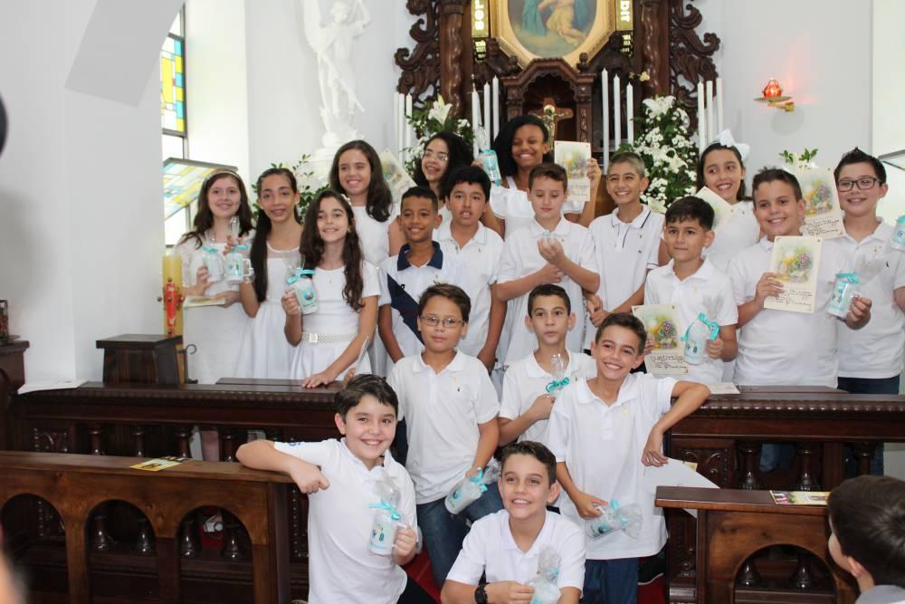 Crianças recebem o Pão da Vida no Domingo da Misericórdia