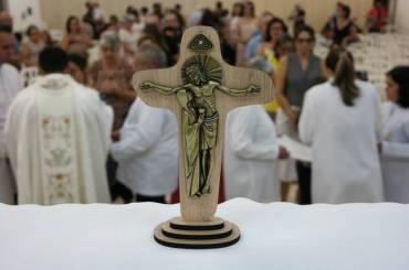 Ao olharmos a Cruz, tenhamos certeza: é Deus que venceu a morte com a Vida.
